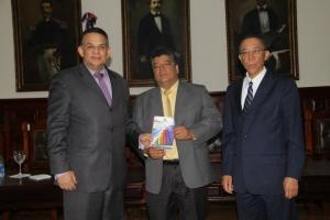 Foto_Camejo_y_Suárez_entregan_Ley_a_Raúl